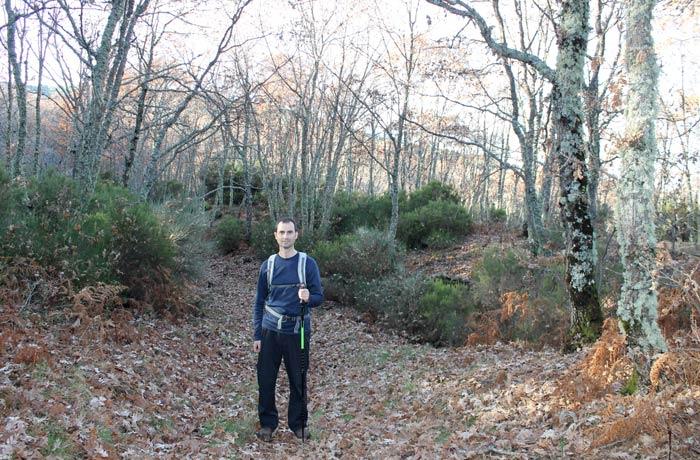 Pablo sobre el manto de hojas en el camino de regreso a La Alberca Portilla Bejarana