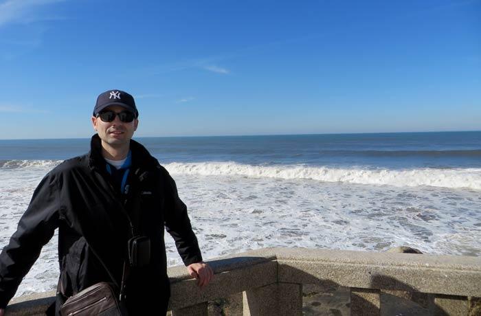 Pablo junto al Atlántico Capela do Senhor da Pedra