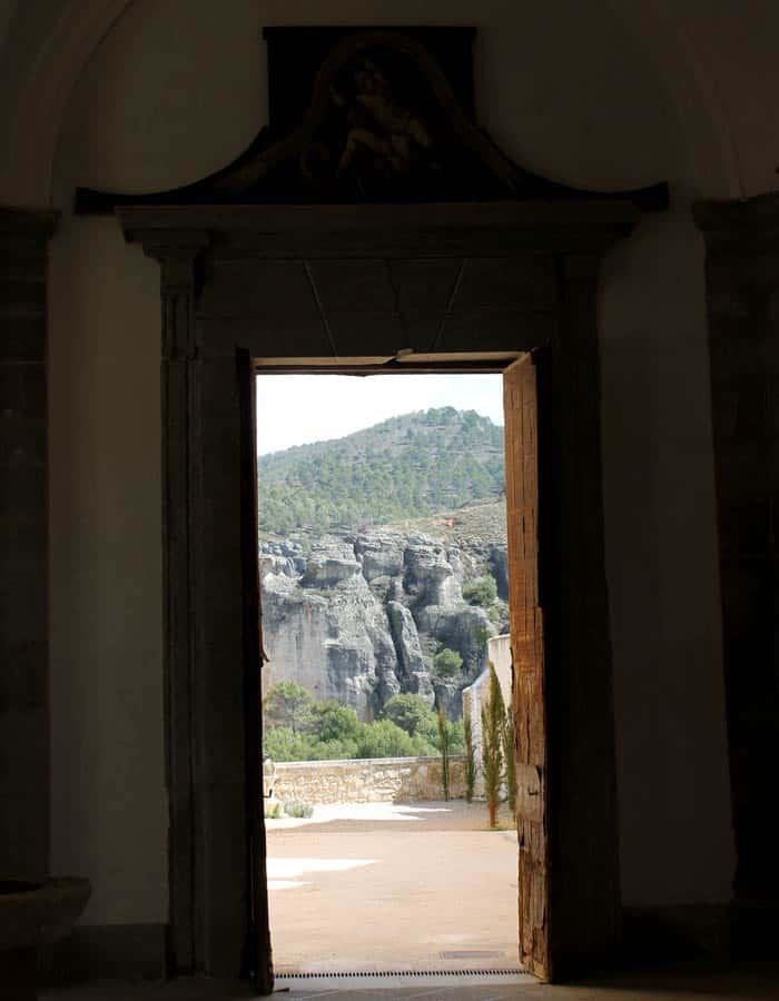 Salida al patio trasero de la Catedral que ver en Cuenca