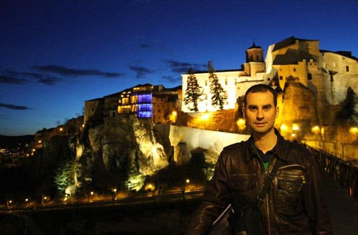 Pablo, en el puente de su santo de noche que ver en Cuenca