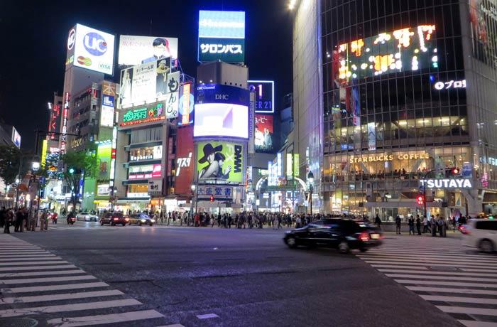Vista del cruce de Shibuya antes de que comience a caminar la gente