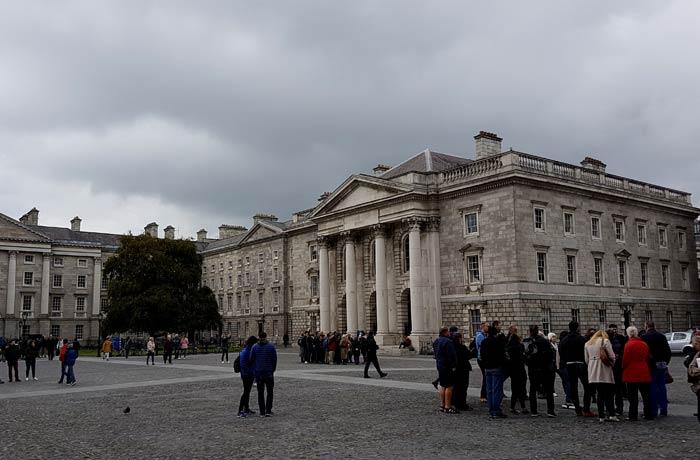Ambiente en el Trinity College Dublín en un día