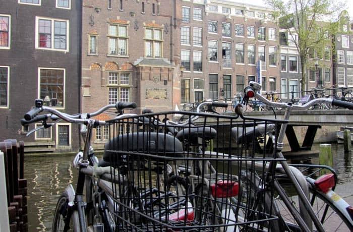 Tres bicicletas junto a uno de los canales de Ámsterdam