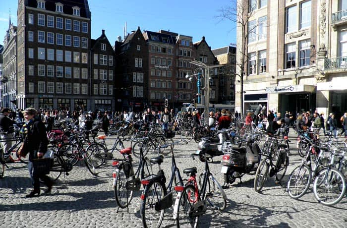 La plaza Dam, repleta de bicicletas Ámsterdam en bicicleta