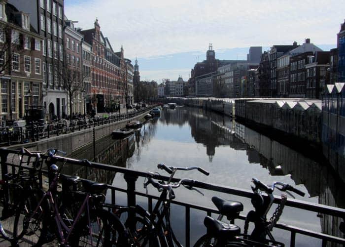 Bicicletas estacionadas de forma incorrecta en la barandilla de un puente Ámsterdam en bicicleta