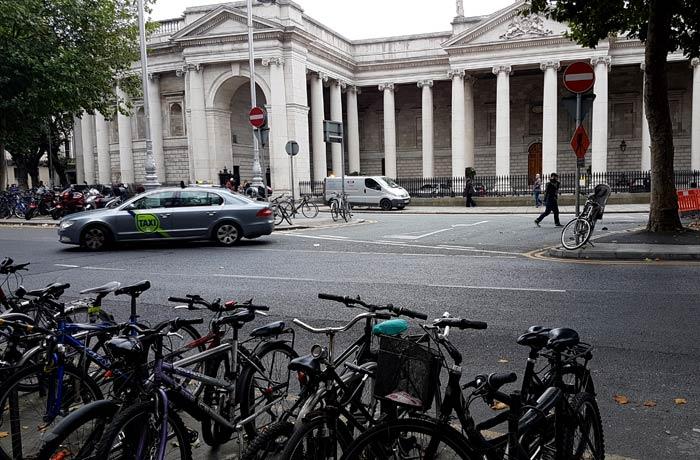 Bicicletas aparcadas en una avenida de Dublín