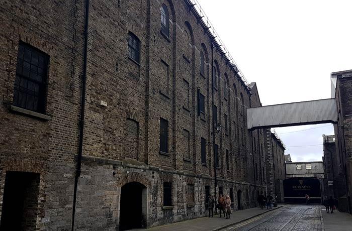 Una de las calles del Guinness Storehouse Dublín en un día