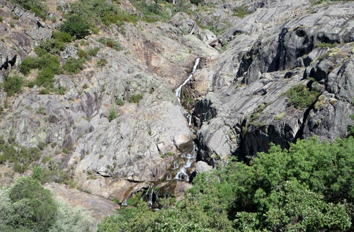 Una de las cascadas que se contempla en el cañón del Tera