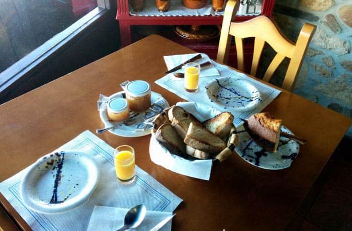 Desayuno con tostadas de pan de pueblo, mermeladas caseras, zumo y bizcocho exquisito comer en Las Médulas