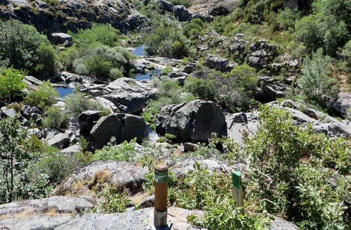 Estacas verdes que veremos durante toda la ascensión por el cañón del Tera