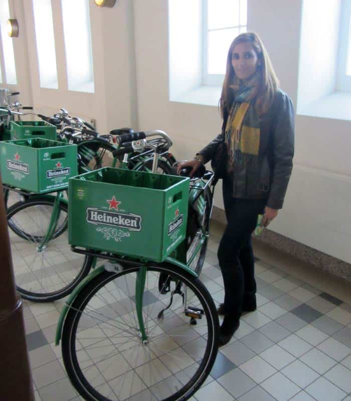 Estefanía con unas bicicleta del museo Heineken Experience