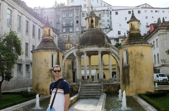 Pablo, ante el Jardim da Manga qué ver en Coímbra