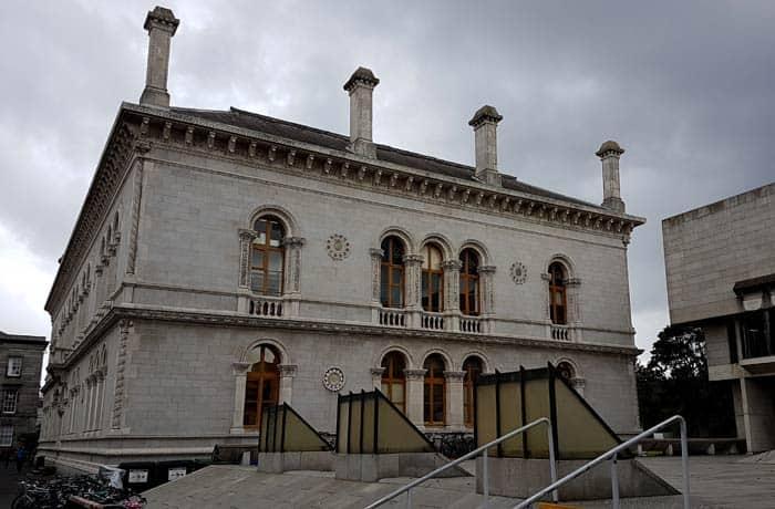 Museum Building del Trinity College Dublín en un día