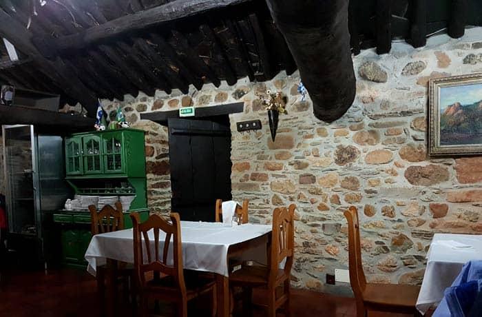Interior del comedor de O Palleiro comer en Las Médulas