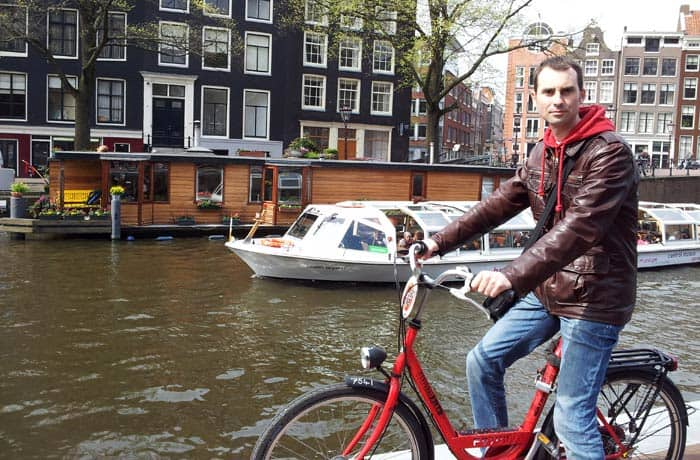 Pablo con su bicicleta junto a la Casa de Ana Frank