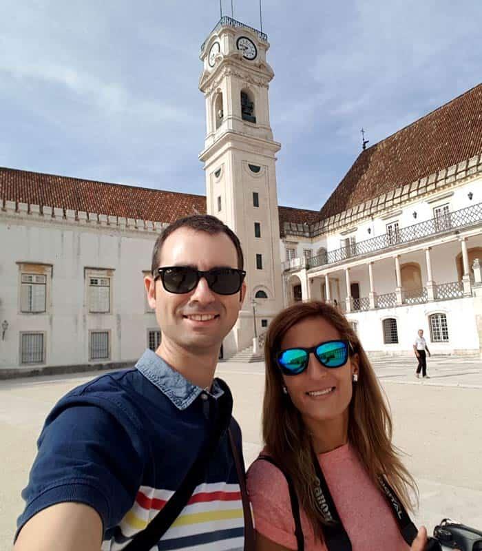 Pablo y Estefanía, en el patio de la Universidad qué ver en Coímbra