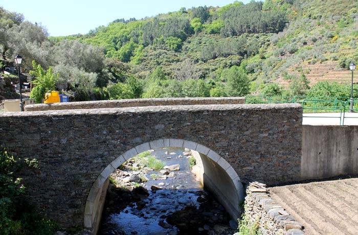 Puente que salva el pequeño arroyo Valero Salamanca