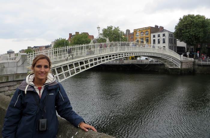 Estefanía junto al puente Ha'Penny Dublín en un día