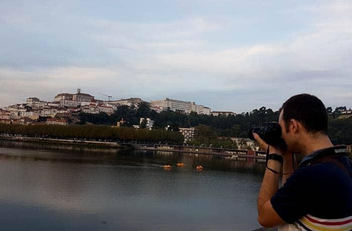 Pablo sacando una fotografía desde el puente Pedro e Inés qué ver en Coímbra