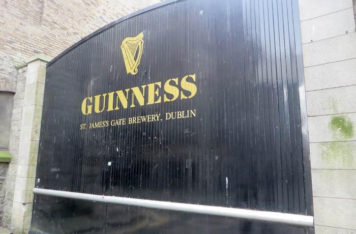 Una de las grandes puertes del Guinnes Storehouse Dublín en un día