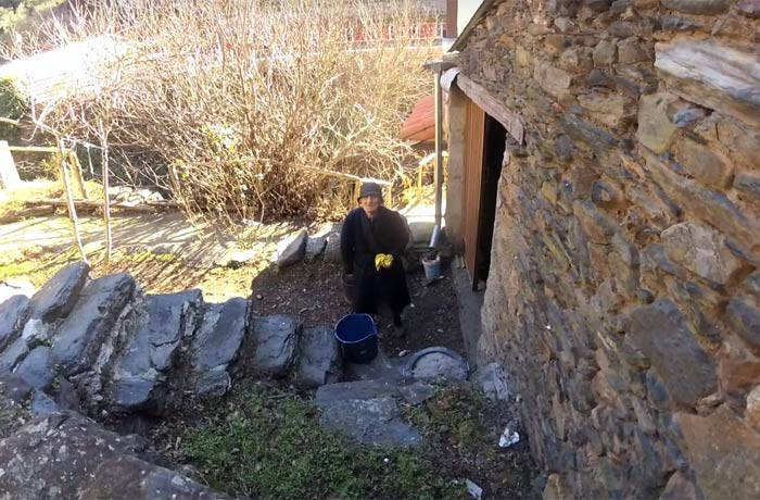 Rafaela, a la puerta de su casa Valero Salamanca