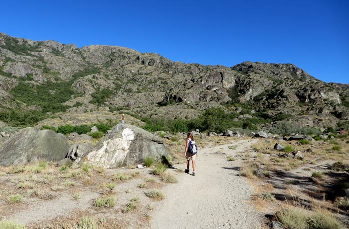 Sendero sin vegetación antes de adentrarse en el cañón del Tera