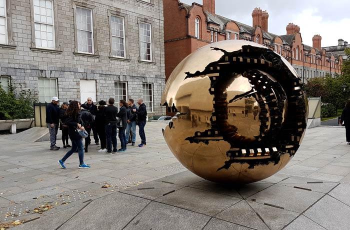 """""""Sfera con sfera"""" de Arnaldo Pomodoro, en el Trinity College Dublín en un día"""