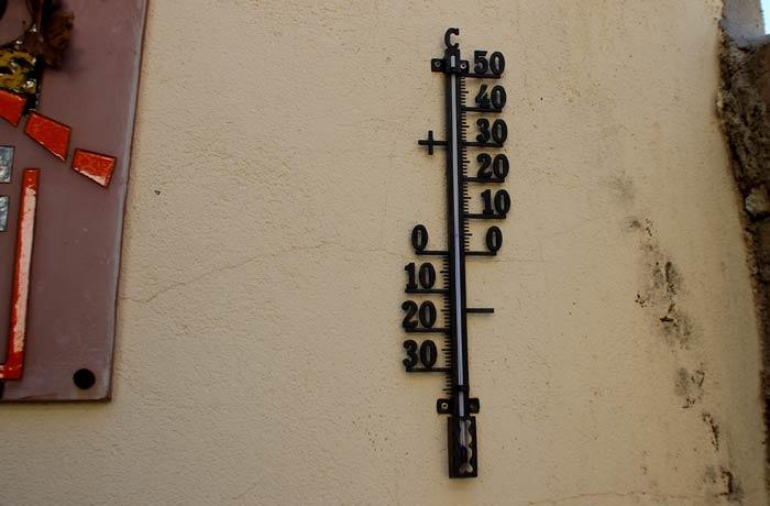 Termómetro artesanal a la puerta de la casa rural Valero Salamanca