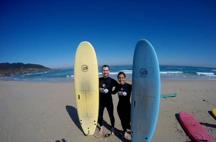 Posando con las tablas antes de empezar el curso surfear en Galicia