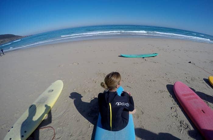Estefanía y su tabla, antes de empezar el curso surfear en Galicia