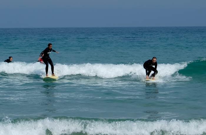 Al fin de pie en la tabla el último día del curso surfear en Galicia