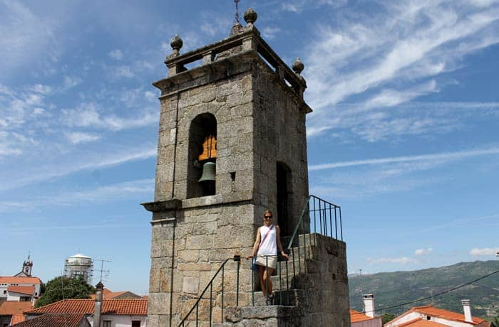 Estefanía, en la torre de la iglesia de Santiago de Belmonte Portugal