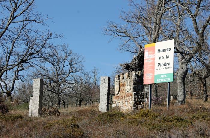 Entrada al área recreativa del Huerto de la Piedra de La Bastida Castillo Viejo de Valero