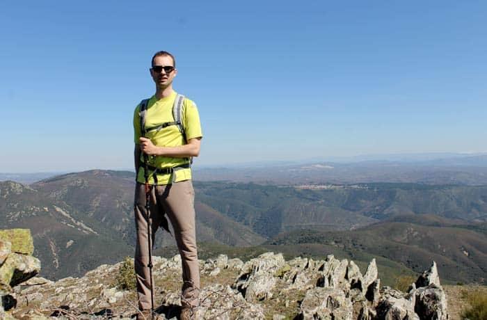 Pablo ante el imponente paisaje de la sierra de las Quilamas Castillo Viejo de Valero