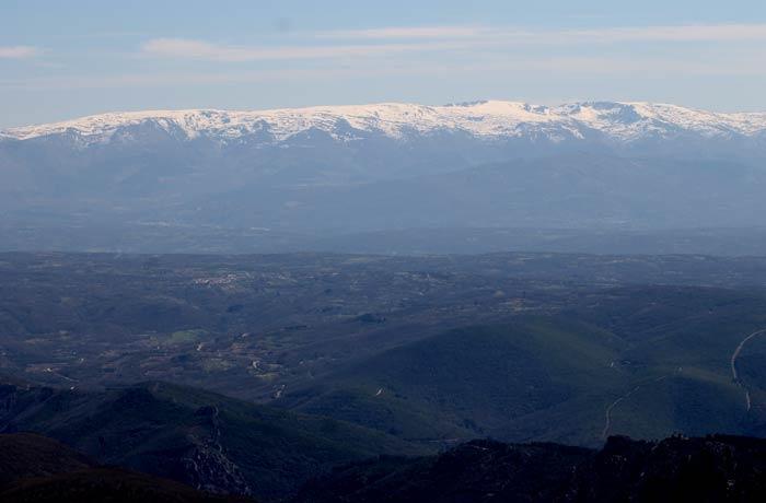 Las cumbres nevadas de la Sierra de Béjar desde el Castillo Viejo de Valero