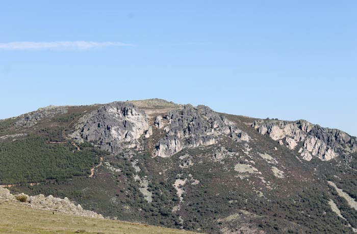 El pico de la Cueva de la Mora, desde el prado Castillo Viejo de Valero