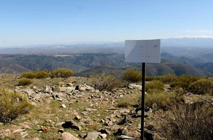 Señalización de la zona de anidamiento de aves en el comiendo del sendero que se dirige a Valero Castillo Viejo de Valero