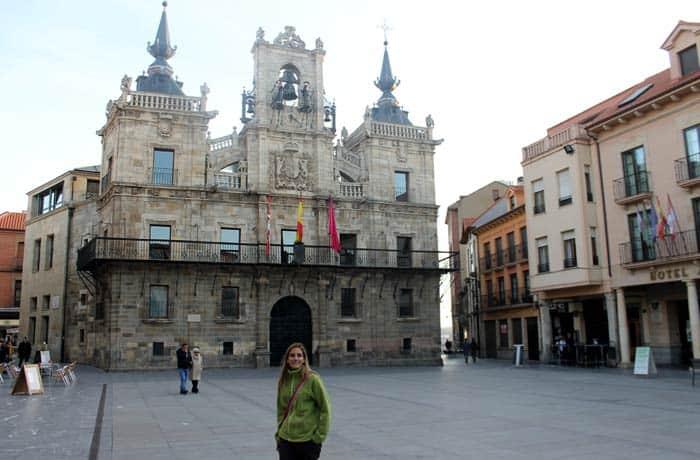 Estefanía ante la fachada del Ayuntamiento de Astorga