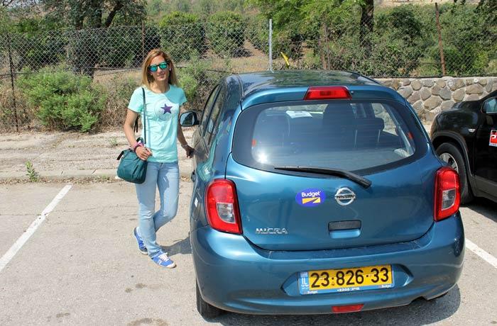 Estefanía junto a nuestro coche en Israel Israel por libre
