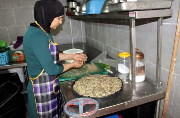 Una mujer prepara kebab en Acre Israel por libre