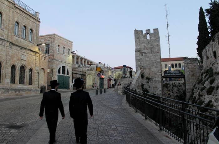 Dos judíos caminan junto a Torre de David en Jerusalén Israel por libre