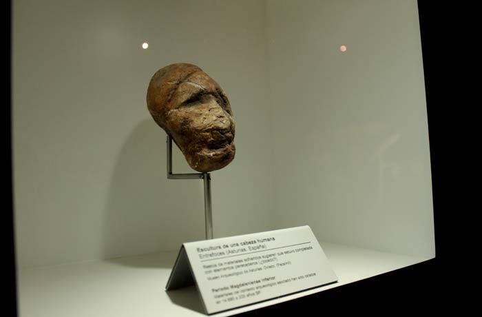Una de las piezas del Parque de la Prehistoria. Escultura de cabeza humana de Entrefoces