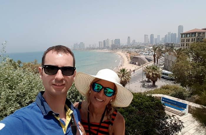 Selfie en Jaffa con los rascacielos de Tel Aviv al fondo Israel por libre