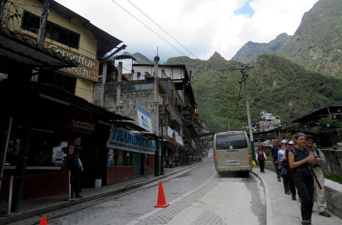 Apeadero de los autobuses a Machu Picchu en Aguas Calientes