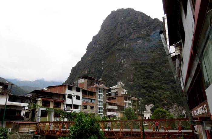 Puente sobre el río Vilcanota en Aguas Calientes Machu Picchu consejos