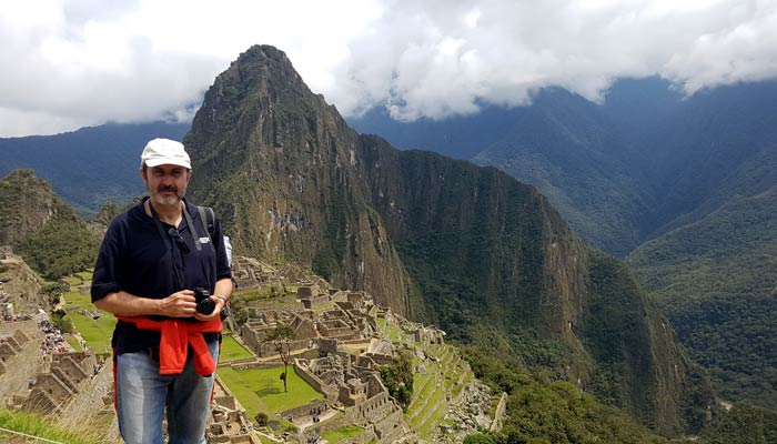 El autor de este post, ante un paisaje inolvidable. Detrás, el Huayna Picchu Machu Picchu consejos