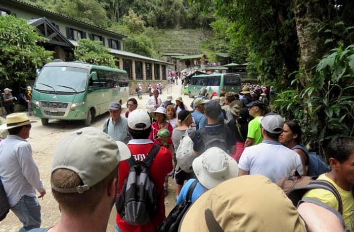 Esperando a los autobuses que descienden hasta Aguas Calientes