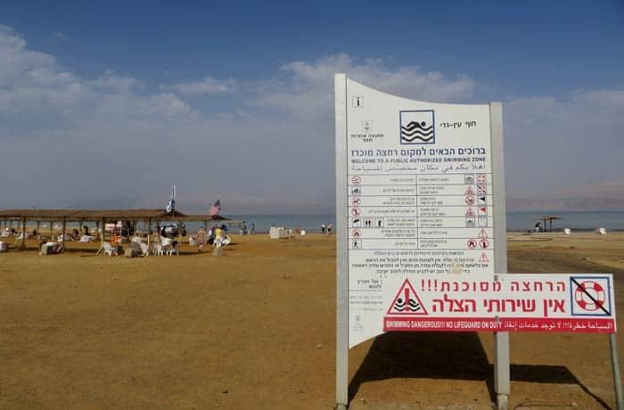 Carteles informativos en la playa de Ein Gedi mar Muerto en Israel