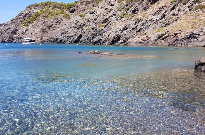 Agua transparente de cala Tavallera mejores calas de la Costa Brava