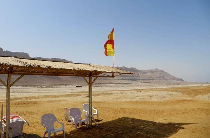 Bandera de España en la playa de Ein Gedi mar Muerto en Israel